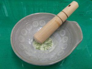 新鮮なツツジの葉をシリカゲルの入ったすり鉢ですりつぶしたところ