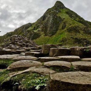 そびえる溶岩の尖塔と地すべり地形。スコットランド王国スカイ島