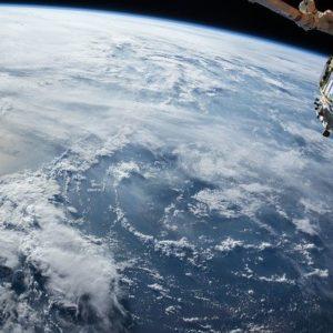 雲から顔を出すヒマラヤ山脈。7000m超えの山々が100か所以上