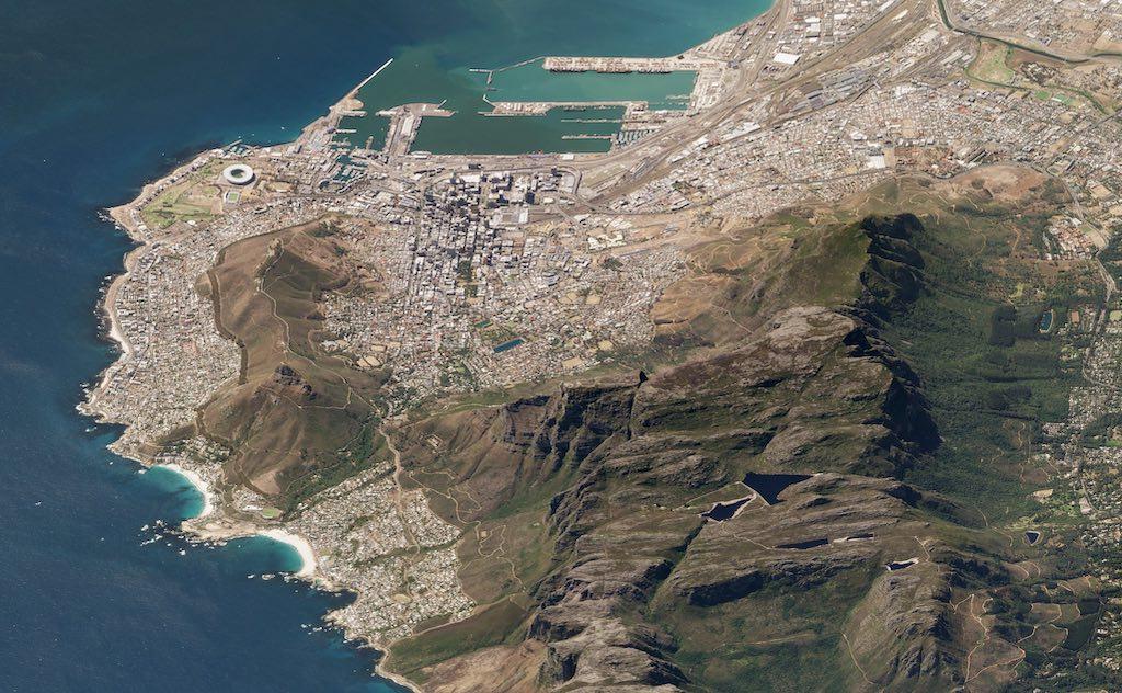 南アフリカのテーブルマウンテン(上空450kmから撮影した衛星写真)