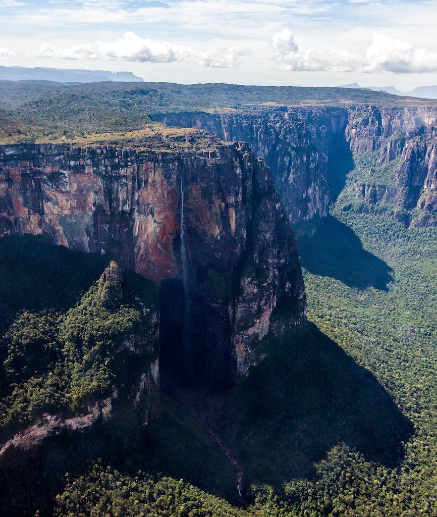 ギアナ高地のアウヤンテプイ(カナイマ国立公園,ベネズエラ)