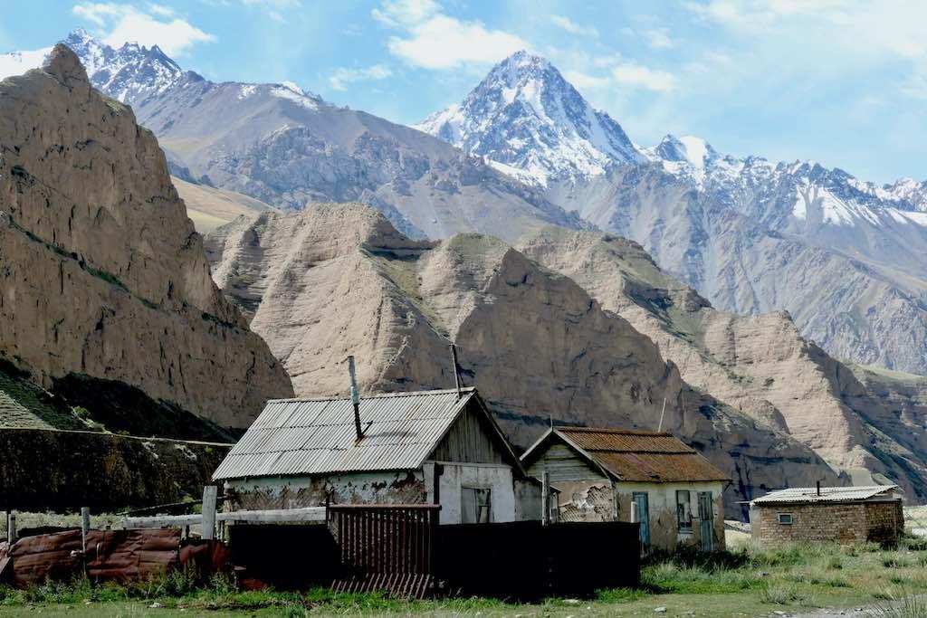 近くで見ると砂山のような天山山脈(キルギス共和国)