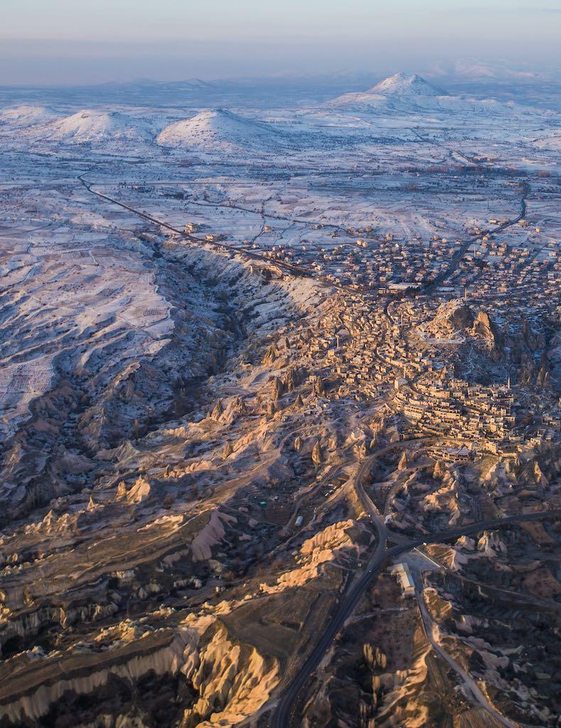 カッパドキアのギョレメ地区上空から見たウチヒサール地区(トルコ)