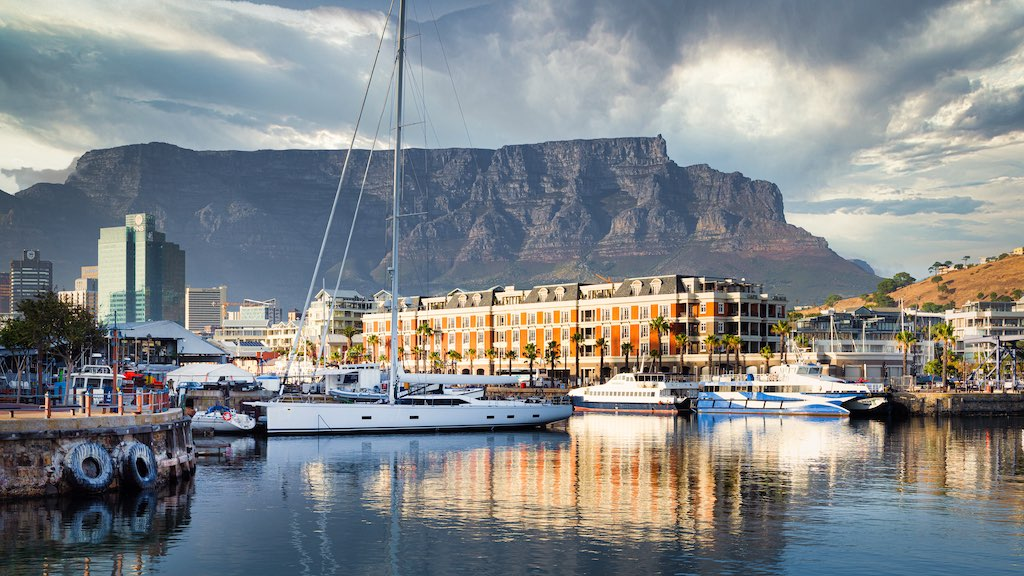 ケープタウンの港とテーブルマウンテン(南アフリカ共和国)
