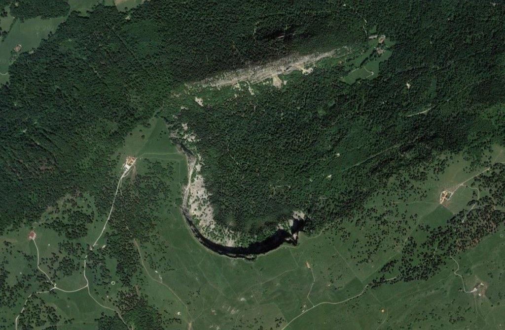 ジュラ山脈の南麓にある氷河地形「クリュ・デュ・ヴァン」の衛星画像(スイス)