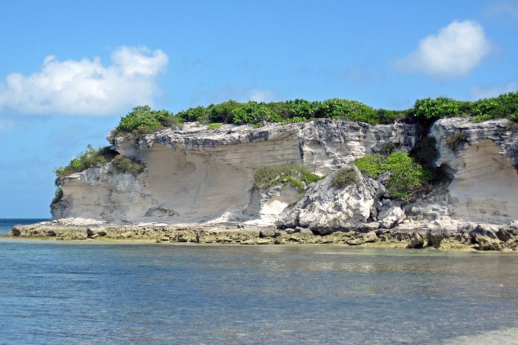 ノースポイント半島の西側に露出する石灰岩(バハマ諸島・サンサルバドル島)