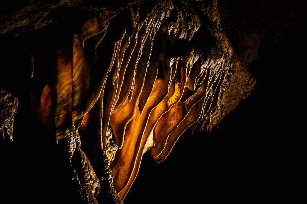 バージニア州ルーレイ洞窟の薄く広がる鍾乳石(通称・ベーコン)