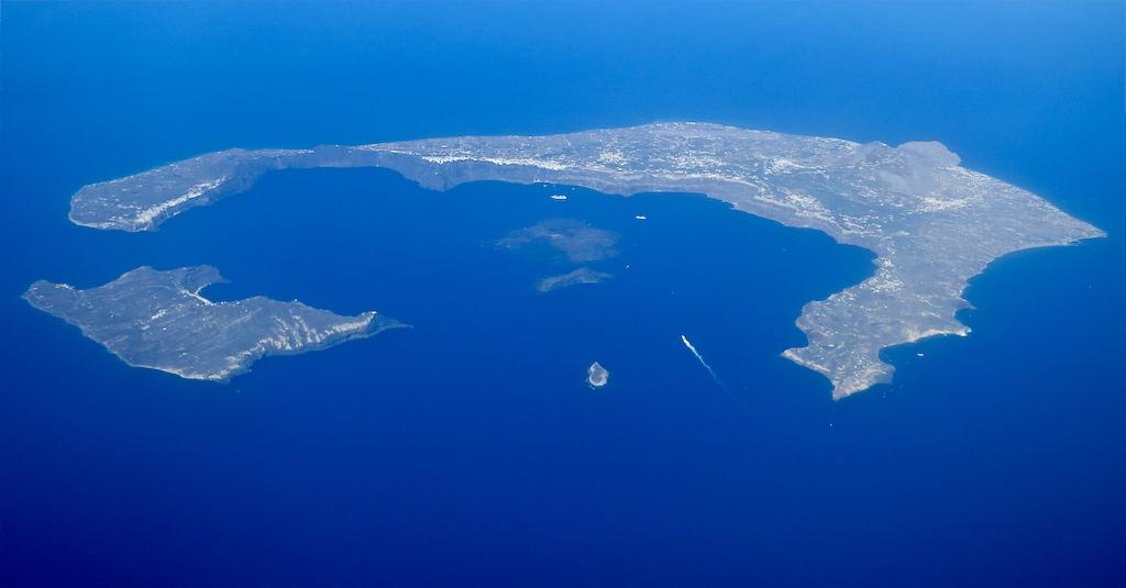 サントリーニ島のカルデラを南西の上空から撮影