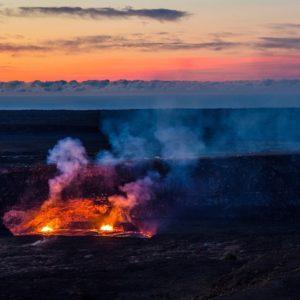 消失したハレマウマウ火口の溶岩湖。ハワイ島キラウエア火山